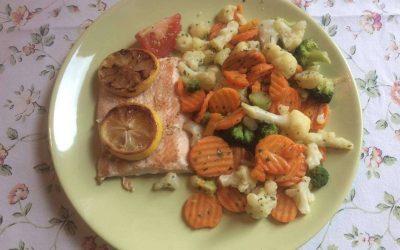 Lazac párolt zöldségágyon – 1000 kcal fogyókúrás receptek